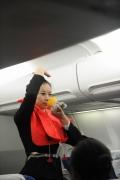 新乘学员演示氧气面罩。 (摄影:陈岩)