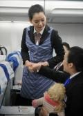 新乘学员在模拟舱培训发放餐食。 (摄影:陈岩)