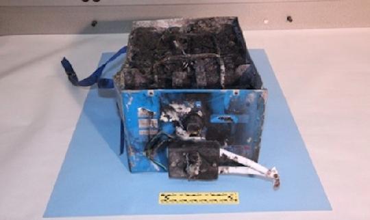 据Flightglobal报道:上周日本航空(Japan Airlines)一架波音787飞机在波士顿出现电瓶起火,14日美国国家运输安全委员会(NTSB)公布该电瓶盒的照片,照片上显示锂电瓶融化烧焦后的残余。   NTSB表示,在美国联邦航空管理局(FAA)全面开展787飞机的安全审查后,这个长42.