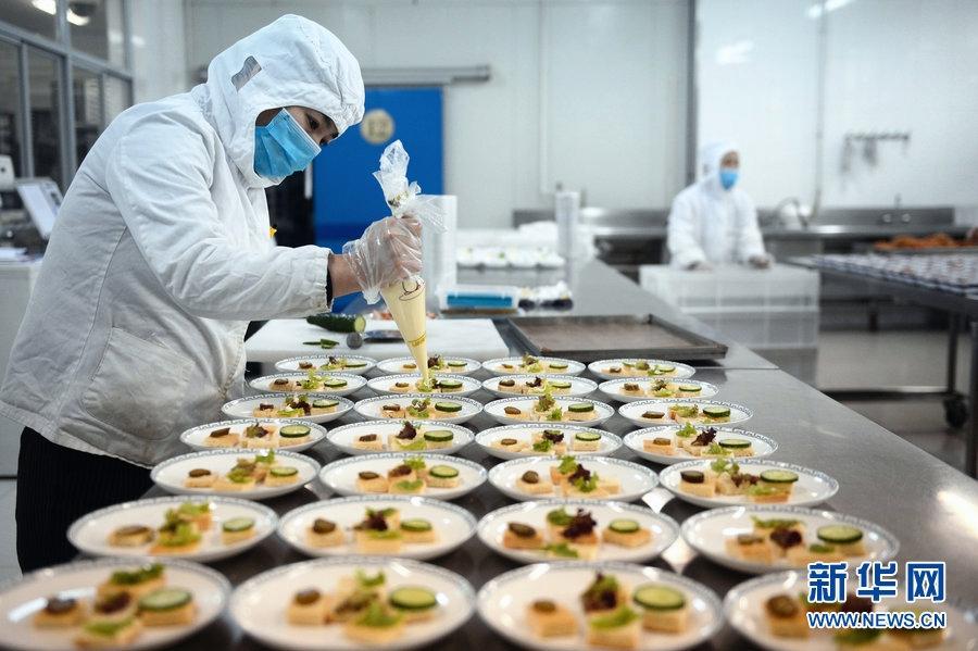 探访航空食品厂 近距离目睹航食制作全过程