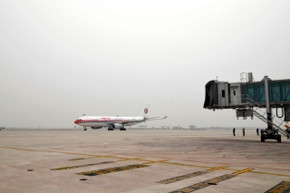 A China Eastern Airlines A330 aircraft arrived at Hefei Xinqiao International Airport for a test flight. It is the first civil airplane landing at the airport.