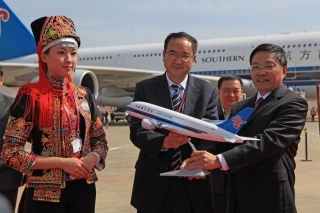 Leaders from Kunming Changshui International Airport and China Southern Airlines exchanged souvenirs