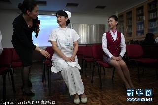 深圳一医院护士拜师南航空姐 学习优雅仪姿