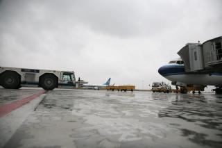 清明时节雪纷纷 乌鲁木齐机场四月突降雪