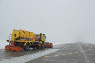 23日18:30阿尔山地区突降大雪,由于现阶段阿尔山地区气温回暖,最低气温在零下4度左右,这时的降雪落地即化,给除雪工作带来不少难题,针对这一情况,阿尔山机场场务队及时调整除雪预案,根据湿雪处置预案全员备战所有人员都放弃了休息,23日晚对所有的除设备进行检修,对除雪设备的用油又进行了采购,以确保除雪工作的顺利进行。