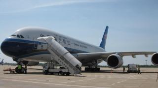 A380首次成功备降武汉 南航地服部全力保障