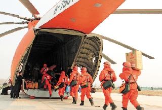"""飞龙通航""""巨无霸""""米-26直升机助力森林防火"""
