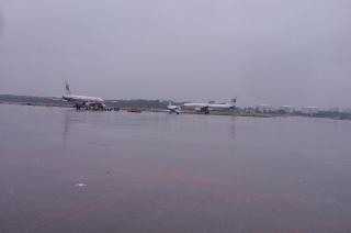 大雨夜降岛城 东航航班全部正点投入运行