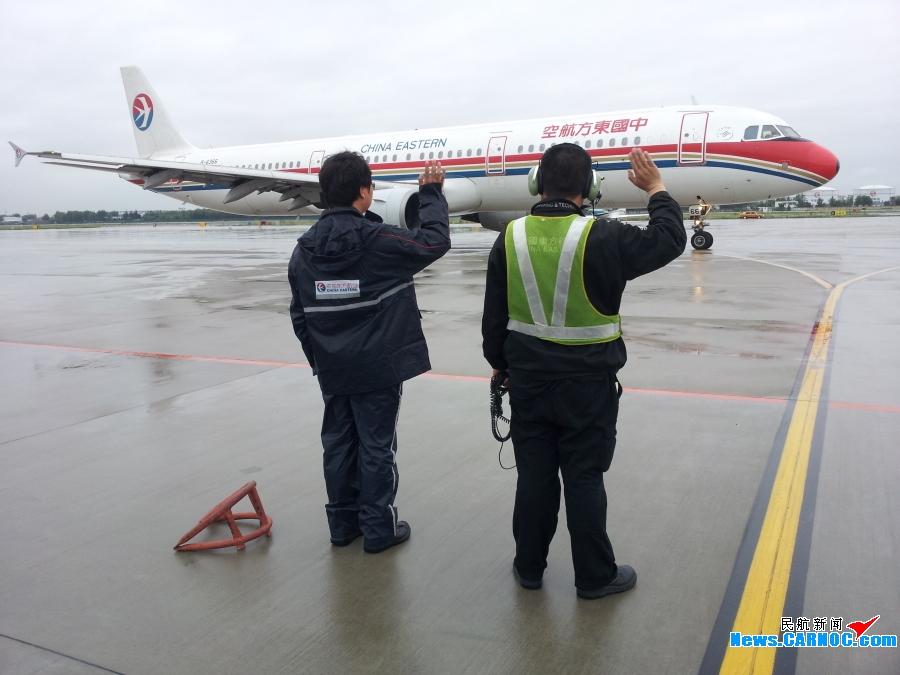17日晚,青岛机场开始降雨,直至18日下午雨势才有所减小.