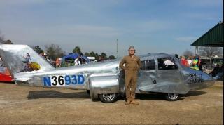 Jeff Bloch与飞机汽车的合影。