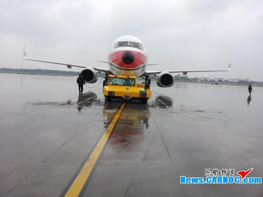 民航资源网2013年5月27日消息:26日下午,青岛机场再次迎来强降雨,部分航班流控,延迟出港。由于出港航班流控,导致多个进港航班桥位临时更改。中国东方航空股份有限公司(China Eastern Airlines Corporation Limited,简称东航)山东维修部当班班组全员机坪待命,大雨中坚守岗位。放行人员奔走于各个桥位,绕机检查,一丝不苟。勤务人员远近机位,接送飞机,有条不紊。由于航班多,又加上一架飞机雨刷突发故障,造成人员紧张,大部分组员错过了晚饭时间,但他们并没有怨言,他们说:饭