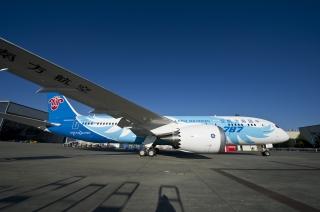 """南航注册号为B-2727的波音787飞机。中国南方航空的787梦想飞机机队采用了以""""梦想之翼""""为主题的彩绘图案,用展翅腾飞的羽翼彰显了人类对于飞翔的梦想和787梦想飞机创新科技和舒适飞行的理念。"""