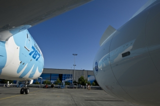 """中国南方航空的787梦想飞机机队采用了以""""梦想之翼""""为主题的彩绘图案,用展翅腾飞的羽翼彰显了人类对于飞翔的梦想和787梦想飞机创新科技和舒适飞行的理念。"""