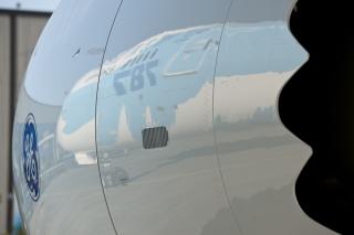 """中国首架波音787梦想飞机将于当地时间5月31日正式交付南航,北京时间6月2日上午这架飞机将飞抵广州。中国南方航空的787梦想飞机机队采用了以""""梦想之翼""""为主题的彩绘图案,用展翅腾飞的羽翼彰显了人类对于飞翔的梦想和787梦想飞机创新科技和舒适飞行的理念。"""