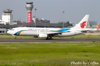 """大连航空B-5196号波音737-800飞机在合肥骆岗机场。 (摄影:民航资源网网友""""心情很咖啡"""")"""