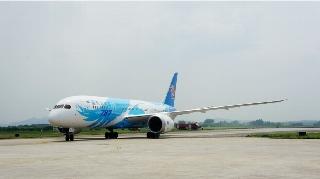 6月2日上午10:31南航订购的中国首架波音787飞抵广州白云机场。 (摄影:图片来自微博网友:Air翔)
