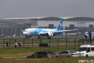 6月2日上午10:31南航订购的中国首架波音787飞抵广州白云机场。 (摄影:李哲)