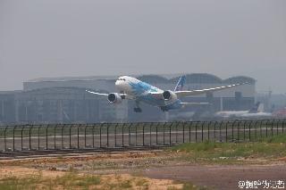 6月2日上午10:31南航订购的中国首架波音787飞抵广州白云机场。图为波音787演示飞行。 (摄影:李哲)