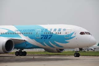 6月2日上午10:31南航订购的中国首架波音787飞抵广州白云机场。 (摄影:白云机场谢佳佳)