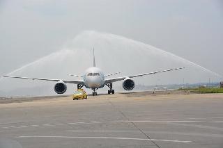 787飞机穿越水门。