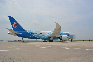 787飞机降落白云机场。