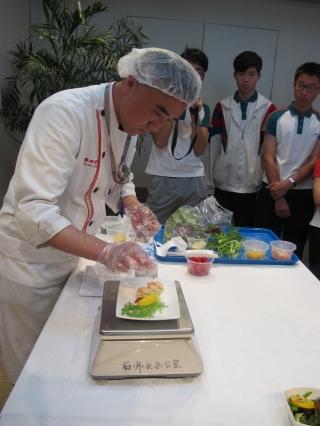 北京航食公司厨师长向学员展示如何为乘客精心准备餐膳。