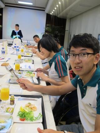 港龙航空特别准备了商务餐的餐膳供学员品尝。