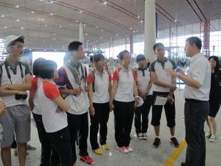工作人员向学员讲授机场服务流程。
