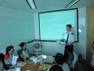 国泰航空及港龙航空的工程师为学员讲授飞机原理知识。