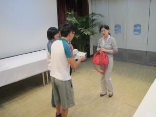 学员进行小组情景扮演,展示如何更好的为乘客服务。