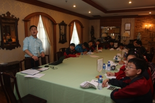 港龙航空航食负责人Tonny Yin向学员讲解如何为乘客搭配餐膳。