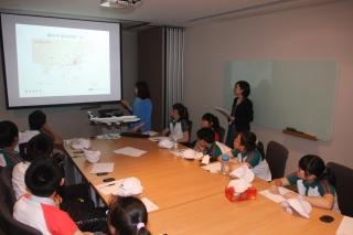 港龙航空中国区公共关系助理经理程炜向学员介绍港龙航空概况。