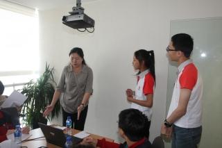 学员进行小组情景扮演,展示如何更好地为乘客服务。