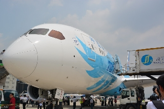 6月2日,南航订购的中国首架波音787飞抵广州白云机场。