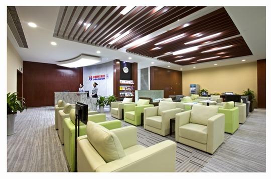 民航资源网2013年6月25日消息:东航宁波贵宾休息室主要为高端旅客体验到东航的客户至尊,精细致远的理念,使他们真切感受到世界品味,东方魅力这一东航品牌价值,所以让高端旅客感受到尊贵感和优越感是最为重要,这也要求贵宾厅的服务人员需要有良好的业务素质和较强的服务技巧。   东航宁波贵宾休息室于6月22、23两日组织开展了针对贵宾室流程和日常职责的培训。此次培训的主要目的是系统化的梳理流程,让每一位学员通过培训可以严格的按照东航贵宾休息室的规范来执行操作。培训主要由两位教员从流程,服务职责,高端旅客