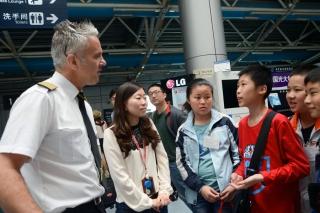 """""""让梦启航""""2013国泰航空及港龙航空青少年航空梦想夏令营南京站。图为机长正在认真解答小学员们的问题"""