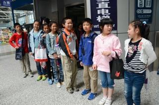 """""""让梦启航""""2013国泰航空及港龙航空青少年航空梦想夏令营南京站。图为小学员们排队参观机场"""