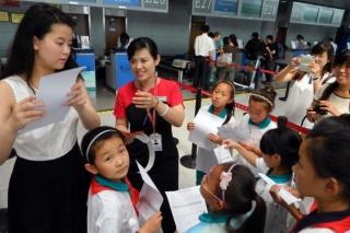 """""""让梦启航""""2013国泰航空及港龙航空青少年航空梦想夏令营青岛站。图为机场值机柜台,人手一份行程单,等待打登机牌登机。"""