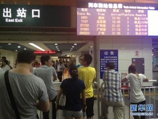 """8月17日21:30分,深圳火车站出站口列车到站信息表显示列车普遍晚点,其中桂林至深圳的K951次列车已晚点13小时。受强台风""""尤特""""影响,近日广东省普降大到暴雨,导致京广线多趟列车晚点及停运。 图片来源:新华网 (摄影:赵瑞希)"""