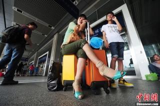 8月18日,广东大部地区受持续强降雨影响,导致京广方向列车停运。由深圳火车站开出的K9204次、Z24次、T96 次等列车停运,给前往岳阳、宜昌、汉口、烟台、常德、桂林等方向出行的旅客带来不便。购买了停开列车车次的旅客,可在票面日期5日之内到火车站退票窗口办理退票手续。 (摄影:陈文)