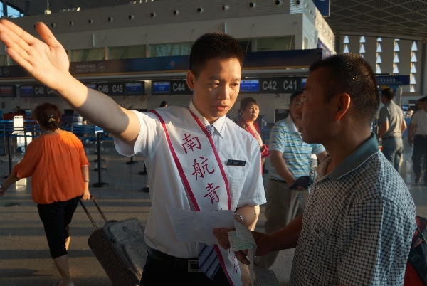 南航新疆志愿服务在一线 旺季有你更精彩