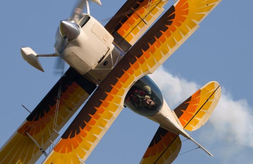 组图:英国航拍摄影师记录飞机空中优雅姿态