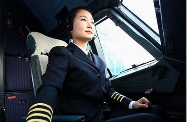 南航广州自主培养首名女机长:4道杠才刚开始