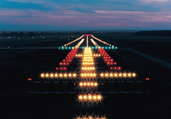 民航小知识:为什么飞机降落时要调暗客舱灯光