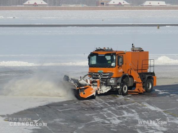 扫雪车-伊宁机场冰雪战士备战2014新年首场大雪图片