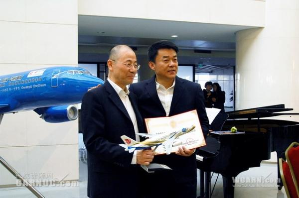 图1:国航党委书记樊澄向著名男高音歌唱家范竞马颁发企业文化顾问聘
