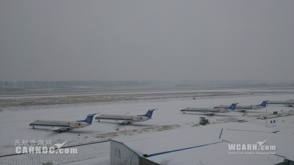南阳机场由于跑道道面积雪关闭