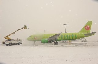 Ameco为俄罗斯一架飞机实施除冰雪工作 (摄影:汪翠华)