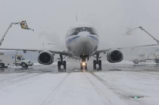 Ameco为国航一架即将出港的航班实施慢车除冰 (摄影:汪翠华)