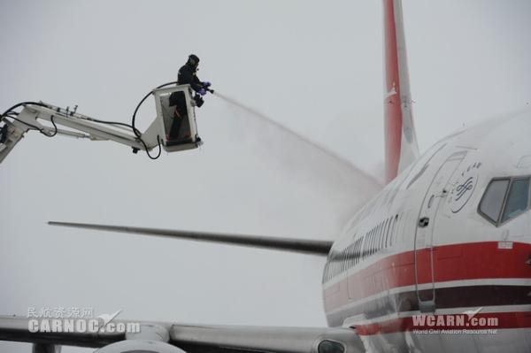 大雪阻归途 阜阳民航局全力以赴抗冰雪保春运